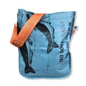 Einkaufstasche aus recycelten Reissack mit Schultergurt aus recycelten Spanngurten in blau mit orange | Beadbags