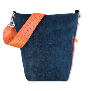 Schultertasche aus reused Moskitonetz mit Schultergurt aus recycelten Spanngurten in blau und dunkelblau mit orange | Beadbags