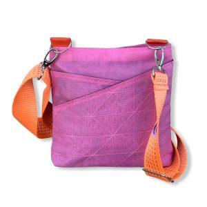 Beadbags Schultertasche aus reused Moskitonetz in rosa mit tampenjangurt von vorne