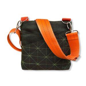 Beadbags Schultertasche aus reused Moskitonetz mit Tampenjangurt NET11 Dunkelgrün von vorne