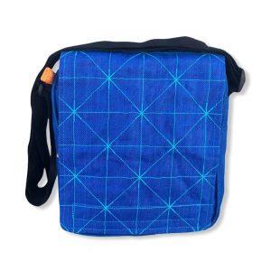 Beadbags Umhängetasche aus reused Moskitonetzmaterial NET13 in Marineblau von Vorne 01