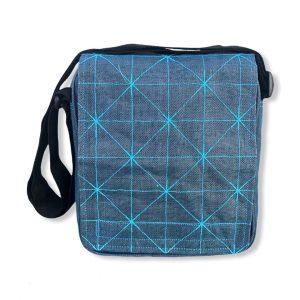 Beadbags Umhängetasche aus reused Moskitonetzmaterial NET13 in Hellblau von Vorne