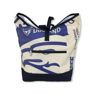 Rucksack aus Zementsack mit blauen Aufdruck von vorne