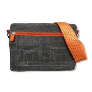 Messenger Bag aus edlem Moskitonetz in grau mit orangenem Tragegurt aus dem Hamburger Hafen von vorne NET12 9