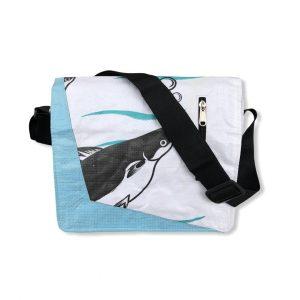 Schultertasche aus recycelten Reissack in weiß hellblau | Beadbags