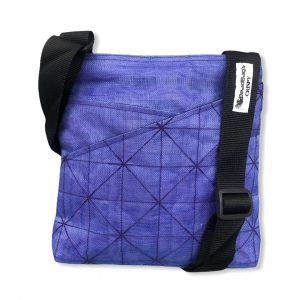 Schultertasche aus reused Moskitonetz in violett | Beadbags