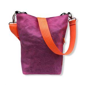 Beadbags Schultertasche aus reused Moskitonetz mit Tampenjan NET3 Pink vorne