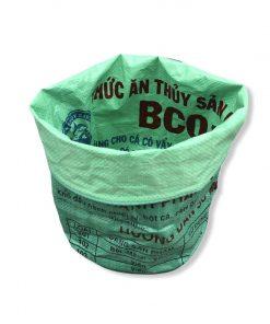 Grüner Behälter von schräg vorne