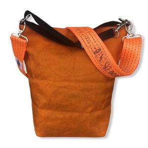 Beadbags Schultertasche aus reused Moskitonetz mit Schultergurt aus recycelten Spanngurten in orange   Beadbags