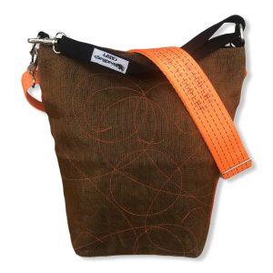 Beadbags Schultertasche aus reused Moskitonetz mit Schultergurt aus recycelten Spanngurten in rost mit orange | Beadbags