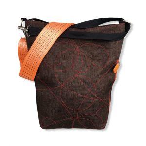 Schultertasche aus reused Moskitonetz mit Schultergurt aus recycelten Spanngurten in braun mit orange | Beadbags