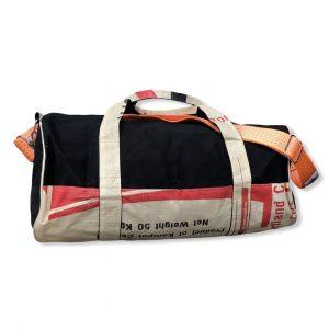 Sporttasche aus recycelten Zementsack mit Schultergurt aus recycelten Spanngurten in rot mit orange   Beadbags