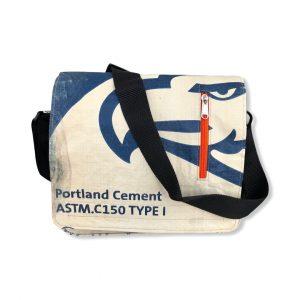 Schultertasche aus recycelten Zementsack von Beadbags in blau Adler | Beadbags